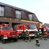 Wozy strażackie przed budynkiem OSP w Luzinie